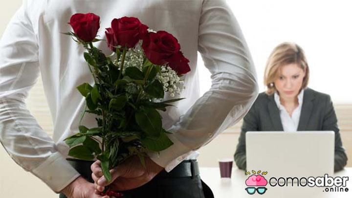 como saber que le gustas a un compañero de trabajo tímido
